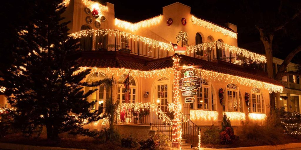 the outside of casa de suenos in st augustine decorated for christmas